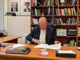 Prof. Dr. Klaus Beckmann, president of the HSU is signing the agreements. © HSU